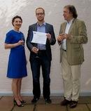 Die amerikanische Konsulin für öffentliche Angelegenheiten, Leyla Ones (li.), und Prof. Dr. Christof Mauch (LMU; re.) gratulieren dem Preisträger Philipp Stelzel. (Foto: Dorothea Schwarzhaupt-Scholz)